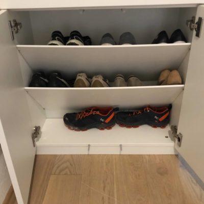 Geöffneter Schuhschrank